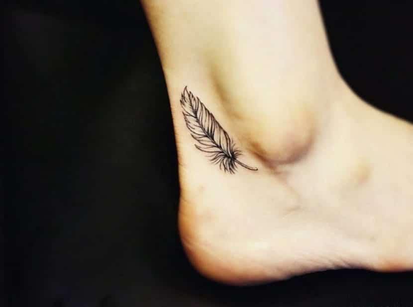Plumas pequeñas tatuadas en el pie