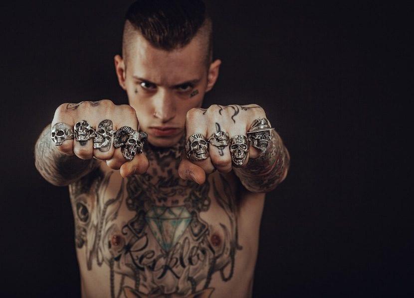 Hombre tatuajes curados