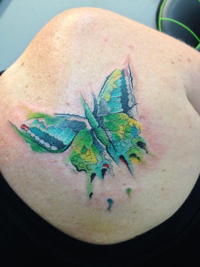Tatuaje de mariposa acuarela