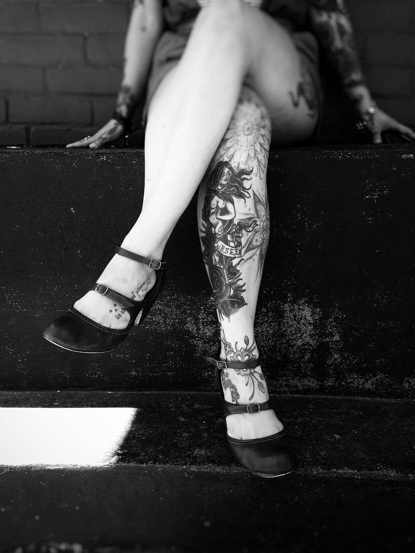 Tatuajes que cubren las piernas