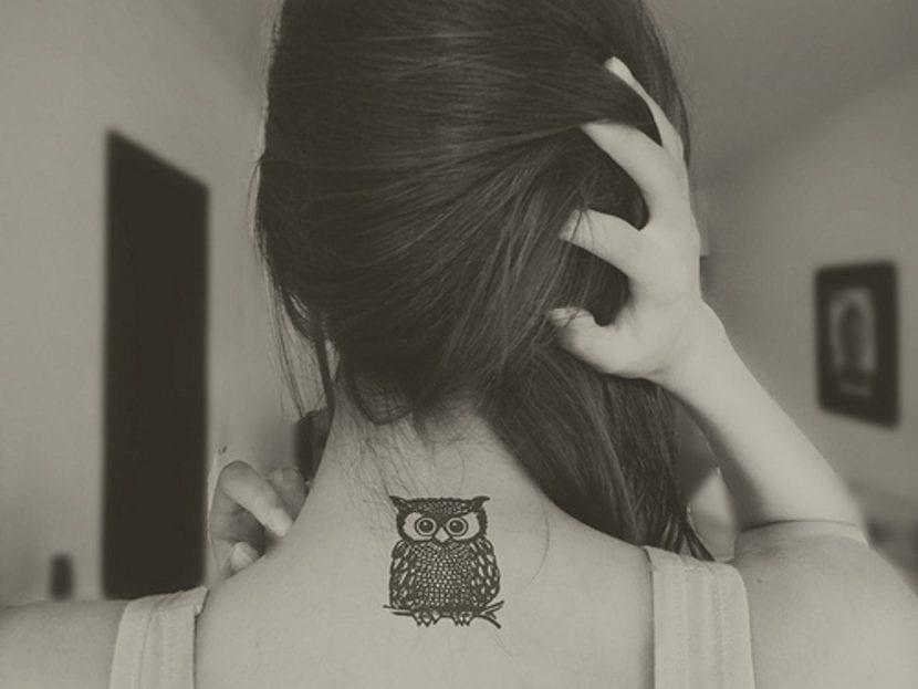 Tatuajes búho cuello
