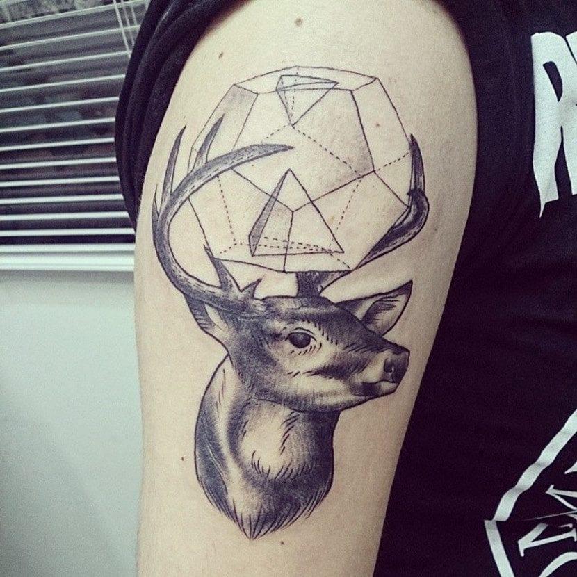 Tatuaje ciervo geométrico