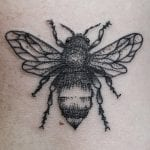 Tatuajes de abejas en el brazo