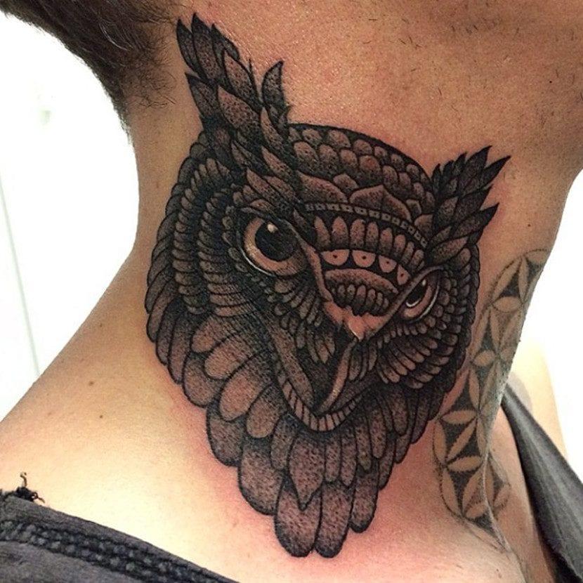 Tatuajes de animales en el cuello búho