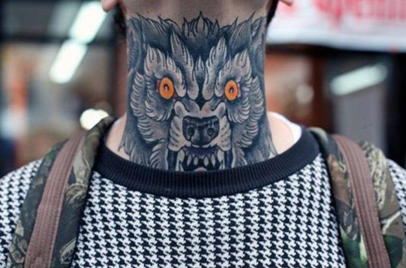 Tatuajes de animales en el cuello lobo