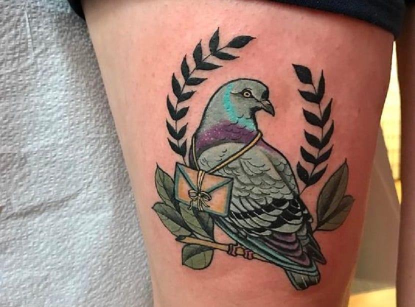 Tatuajes de palomas en la pierna