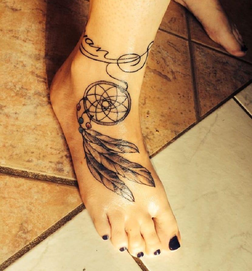 Tatuajes de plumas en el pie