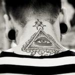 Tatuajes de triángulos en el cuello