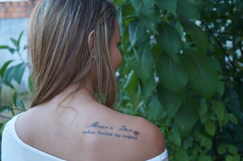 Tatuajes en la espalda con frases