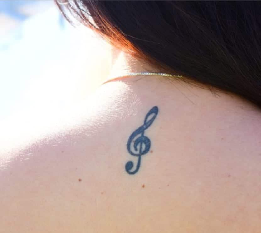 Símbolos tatuados en la espalda