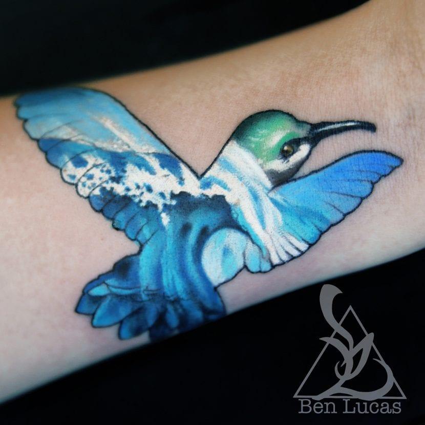 Tatuaje olas colibrí