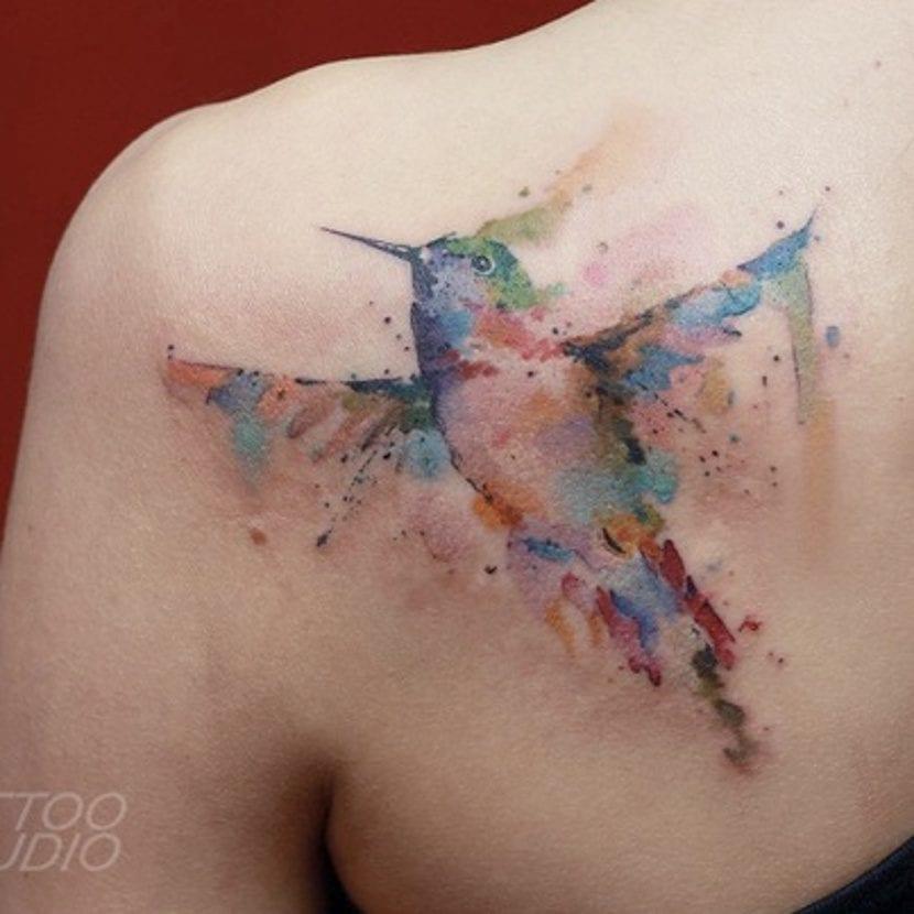 Tatuajes de colibrí espalda
