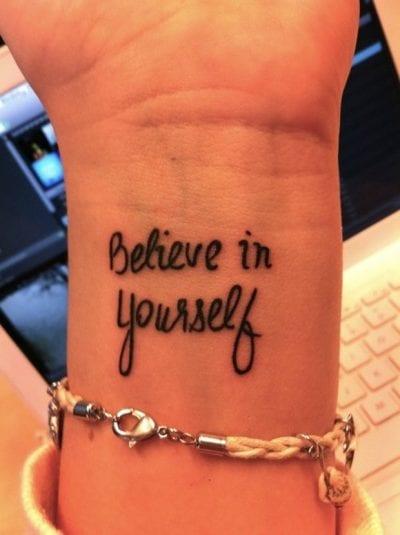 Tatuajes con frases positivas muñeca