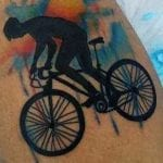 Tatuajes de bicicletas en la pierna