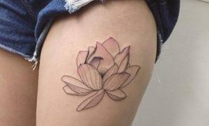 Tatuajes de flor de loto en el muslo