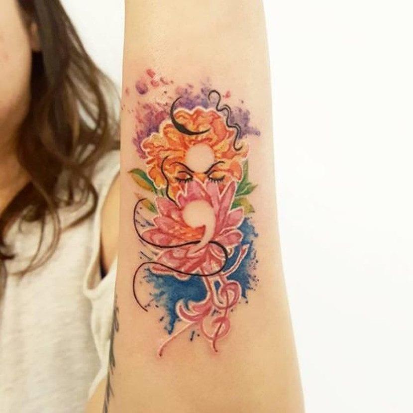 Tatuaje punto y coma colorido