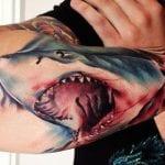 Tatuajes de tiburones en el brazo