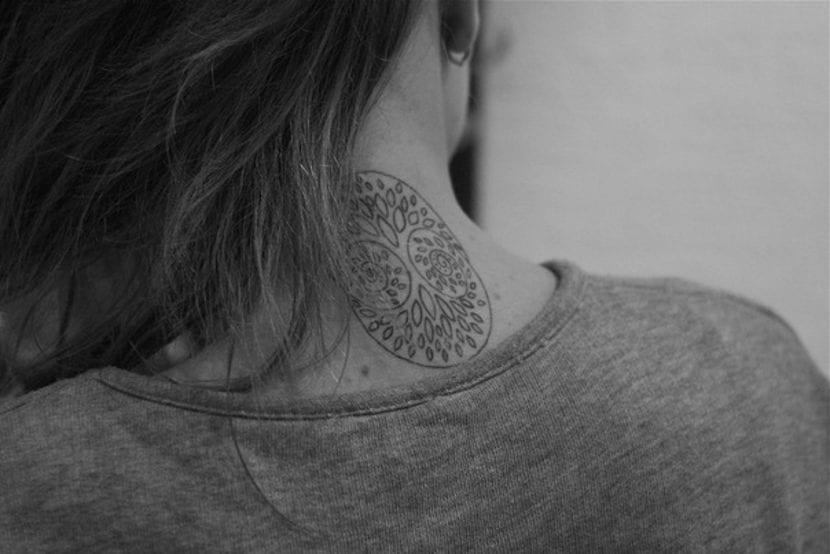 Tatuajes en el cogote árbol
