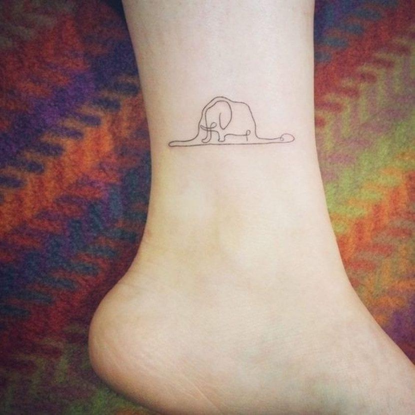 Tatuaje del principito en el tobillo