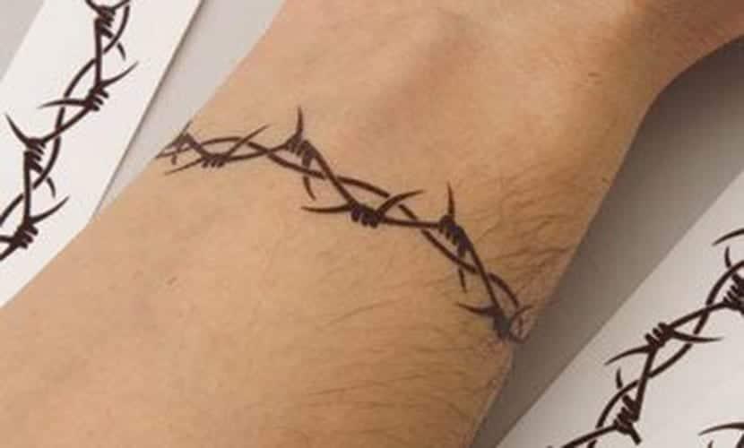 Tatuajes de alambre de espino en el brazo
