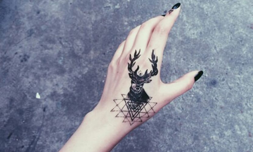Tatuajes de ciervos en la mano