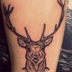 Tatuajes de ciervos en la pierna