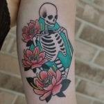 Tatuajes de esqueletos con flores