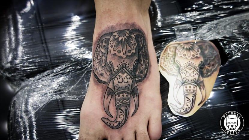 Tatuajes en el empeine elefante