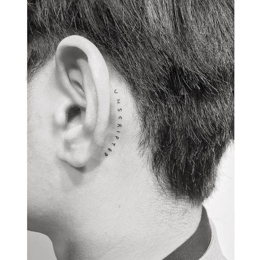 Tatuajes pequeños detrás de la oreja palabra