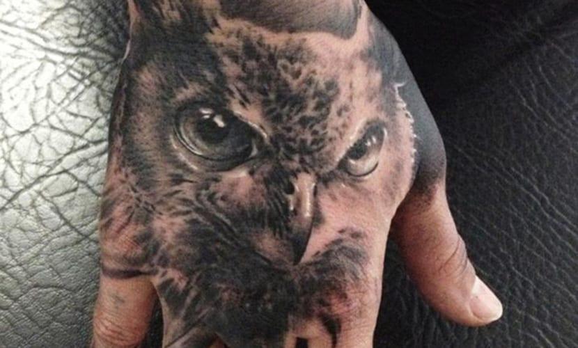 Tatuajes realistas en las manos