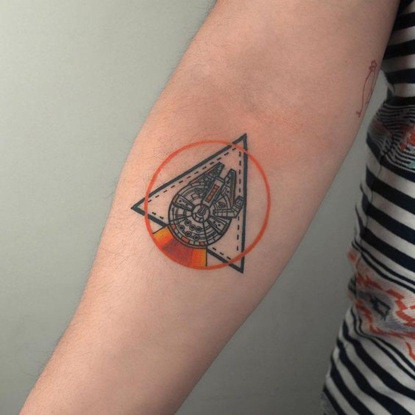 Tatuaje de Star Wars del Halcón Milenario
