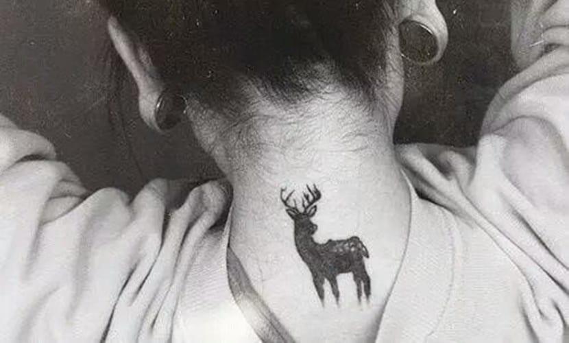Tatuajes de ciervos en el cuello