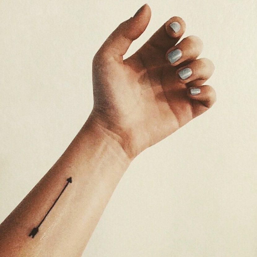 Tatuaje de flecha muñeca