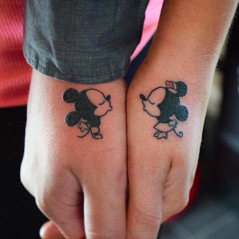 Tatuajes de Mickey y Minnie mano
