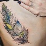 Tatuajes de plumas en el costado