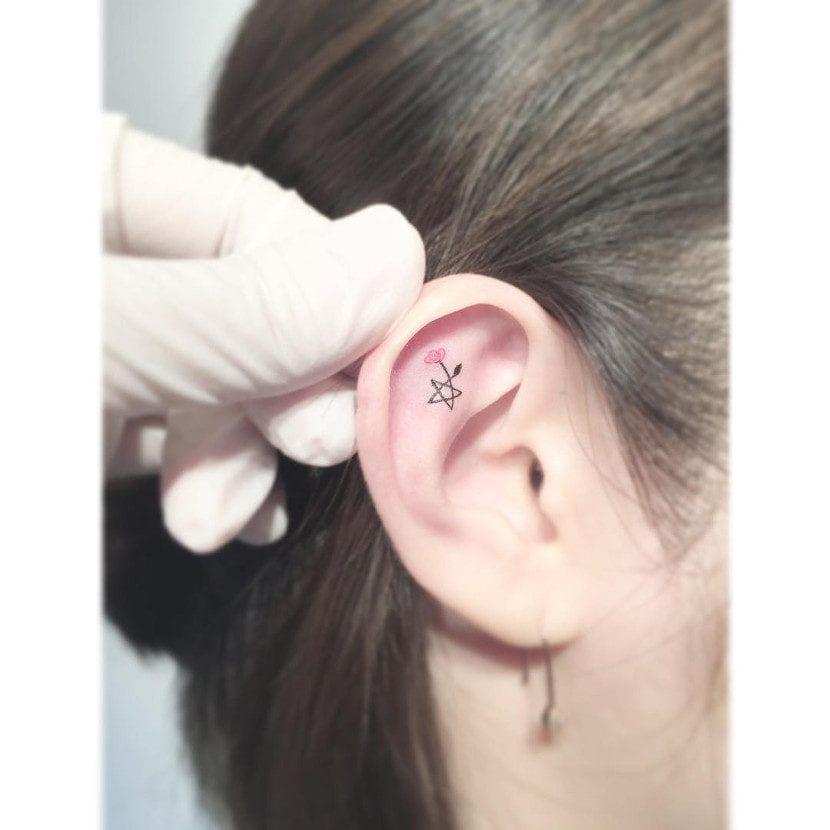 Tatuajes dentro de la oreja con estrella