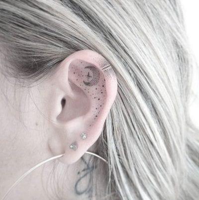 Tatuajes dentro de la oreja luna