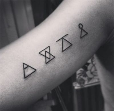 Tatuaje de glifos sobaco