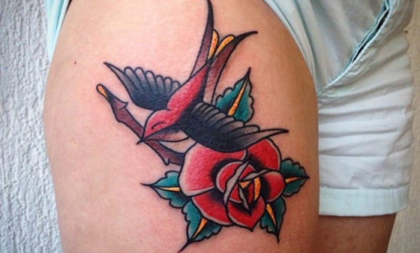 Tatuajes de golondrinas en la pierna
