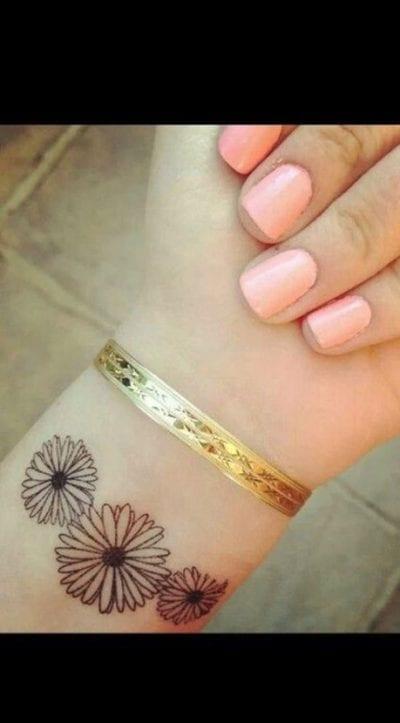 Tatuajes de margarita muñeca