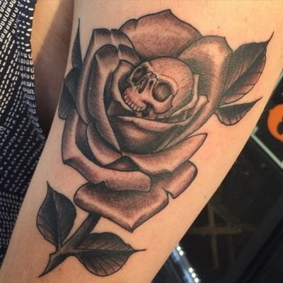 Tatuajes de rosas y calaveras brazo