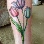 Tatuajes de tulipanes en la pierna