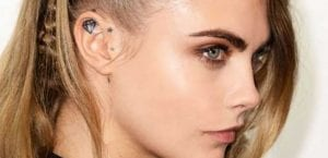 Tatuaje en la oreja de Cara