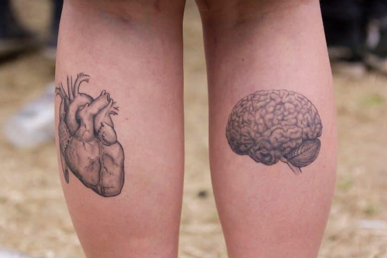 Doble tatuaje en cada pierna