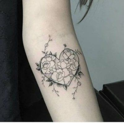 Tatuajes con forma de corazón flores