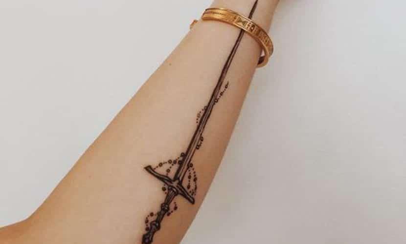 Tatuajes de espadas en el brazo