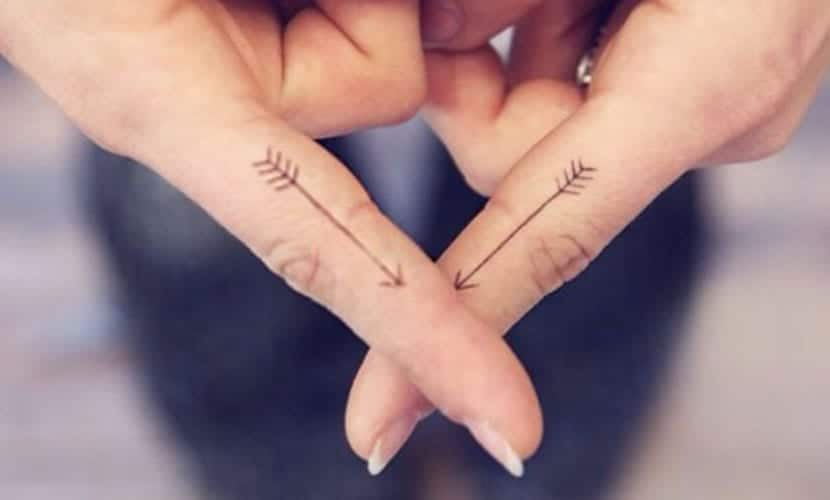 Tatuajes de flechas en los dedos
