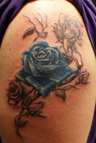 Tatuajes de flores azules brazo