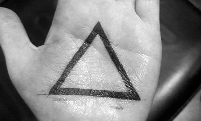 Tatuajes de triángulos en las manos