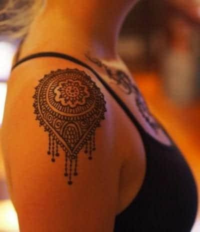 Tatuajes de mandalas en el hombro mediano